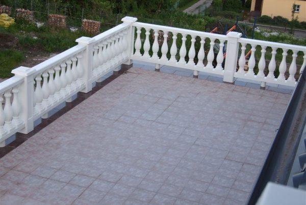 Elementy ogrodzenia plastikowego jako balustrada Zdjęcie z https://ogrodzeniaplastikowe.pl/galeria-ogrodzen-ecowood/