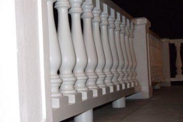 Ogrodzenia plastikowe zapewniają jednocześnie bezpieczństwo w około apartamentu.