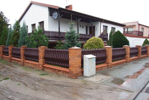 Estetyka drewnopodobnego ogrodzenia winylowego. Zdjęcie za https://ogrodzeniaplastikowe.pl/galeria-ogrodzen-ecowood/