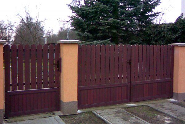 Brama z ogrodzenia plastikowego Obrazek z https://ogrodzeniaplastikowe.pl/galeria-ogrodzen-everwood/