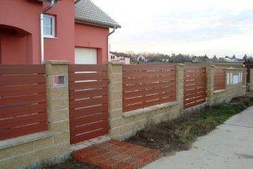 płot plastikowy i betonowe słupy, zdjęcie ze strony https://ogrodzeniaplastikowe.pl/galeria-ogrodzen-everwood/