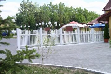 Eleganckie ogrodzenia plastikowe. Zdjęcia za https://ogrodzeniaplastikowe.pl/galeria-ogrodzen-exclusive/
