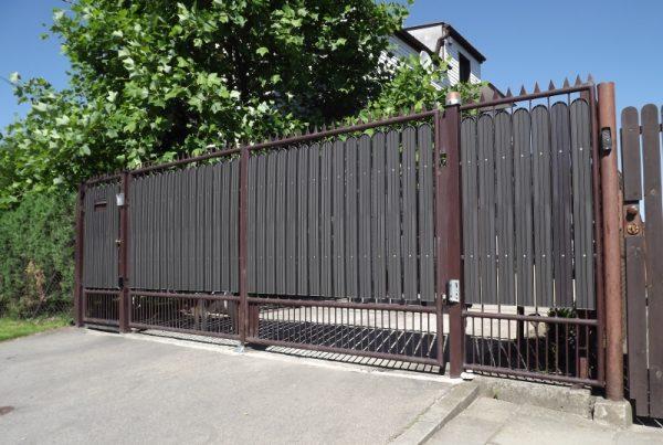 Brama z ogrodzenia plastikowego . obrazek ze strony https://ogrodzeniaplastikowe.pl/galeria-sztachet-korner/