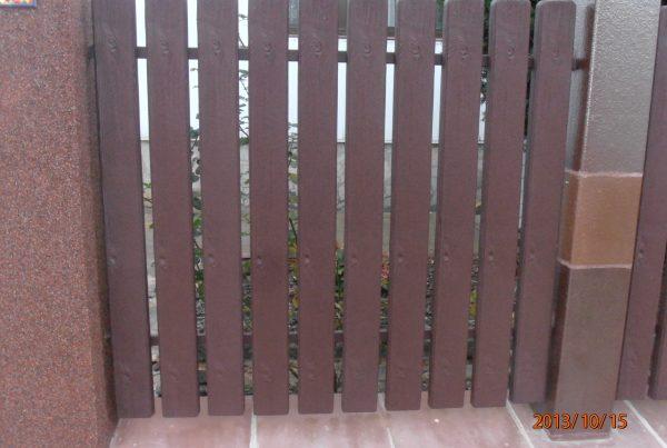 Furtkaz ogrodzenia plastikowego Obrazek z https://ogrodzeniaplastikowe.pl/galeria-ogrodzen-ecowood/